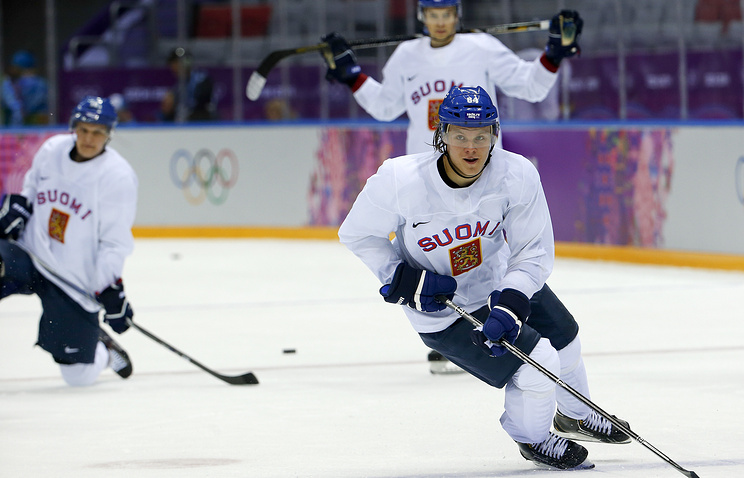 Финский хоккеист Микаэл Гранлунд (на первом плане) во время тренировки национальной сборной в Сочи