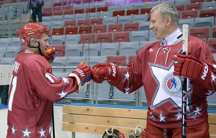 Владимир Путин и Вячеслав Фетисов на товарищеском матче