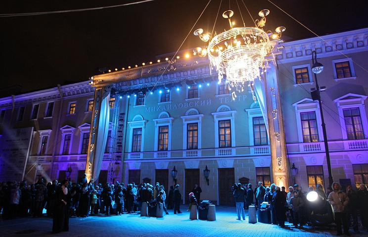 У здания Михайловского театра во время празднования его 175-летия.