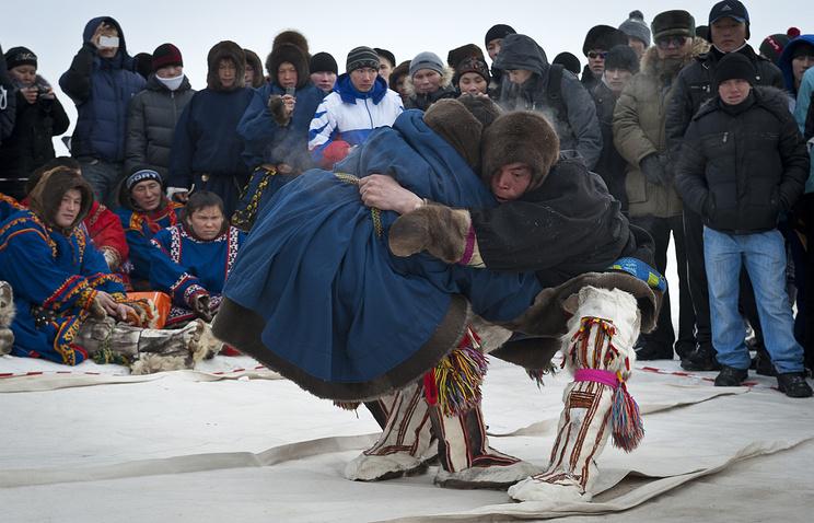 Соревнования по национальной борьбе во время празднования Дня оленевода