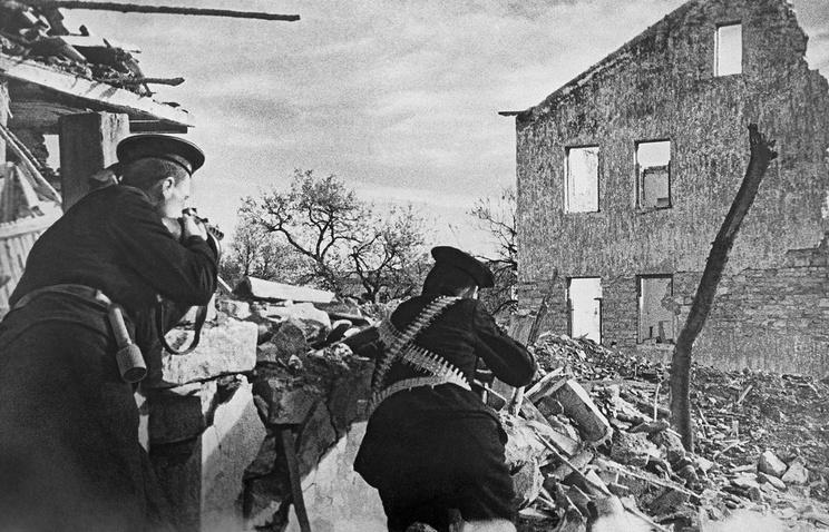 Морские пехотинцы Черноморского флота ведут огонь по противнику в кварталах Туапсе. 1942 год