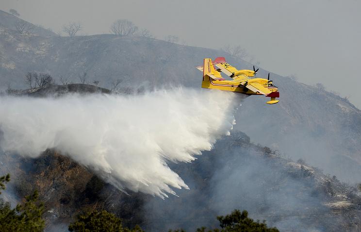 Тушение лесного пожара вблизи города Азуса. Январь 2014 года