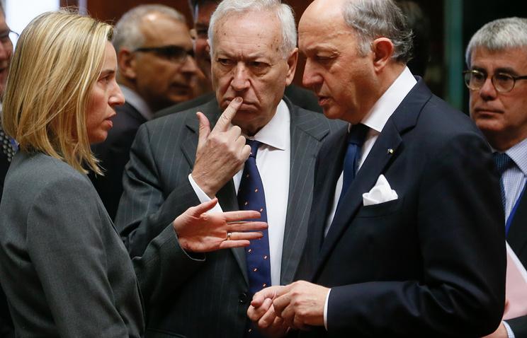 Министры иностранных дел ЕС  Федерика Могерини (Италия), Хосе Мануэль Гарсиа-Маргалло (Испания) и Лоран Фабиус (Франция) во время встречи в Брюсселе