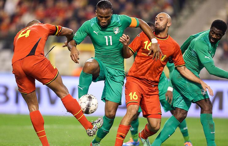 Капитан сборной Кот-д`Ивуара Дидье Дрогба (с мячом)