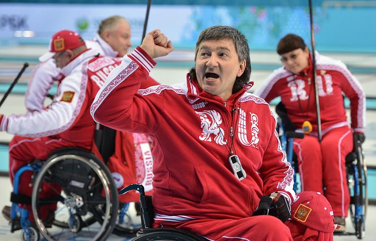 Марат Романов после матча кругового турнира по керлингу между сборными России и Китая