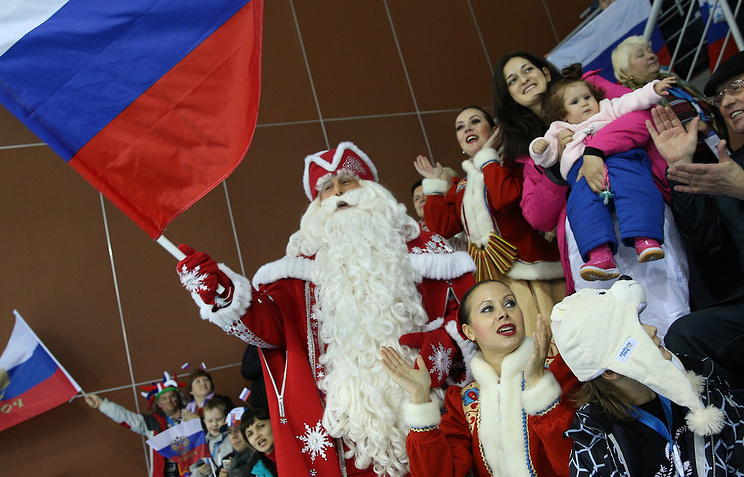 Дед Мороз на соревнованиях по керлингу среди женщин на XXII зимних Олимпийских играх