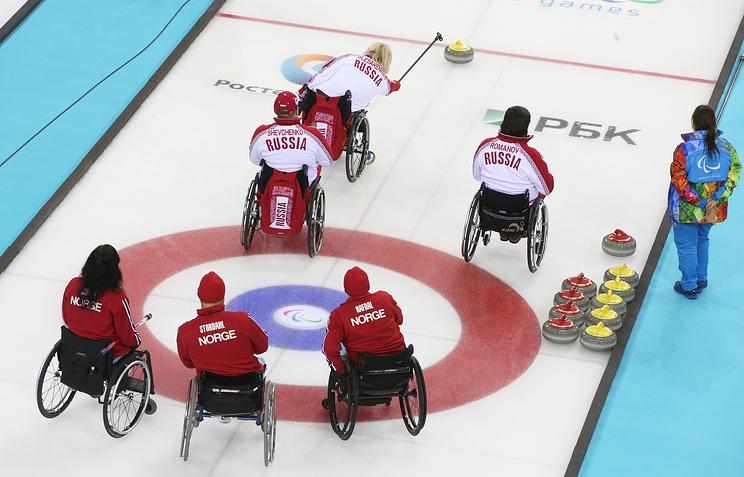 Сборная России по керлингу на колясках в матче со сборной Норвегии
