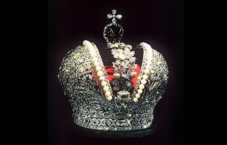 Большая императорская корона, созданная для коронации Екатерины II в 1762 году. Алмазный фонд на территории московского Кремля. 1995 год