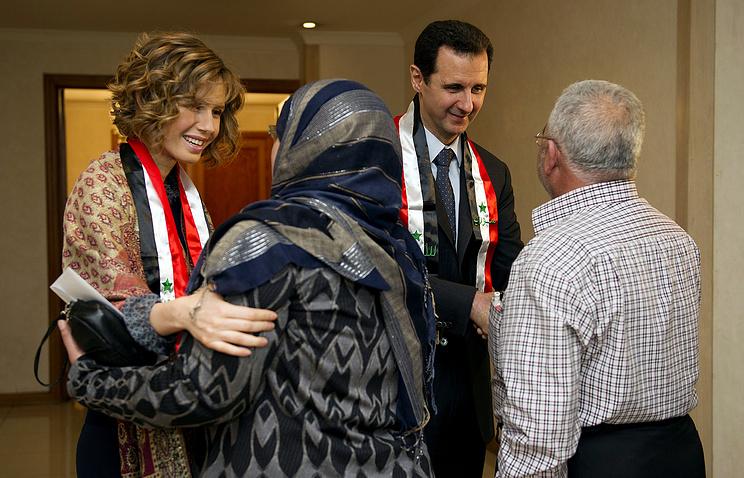 Асма и Башар Асад на встрече с учителями