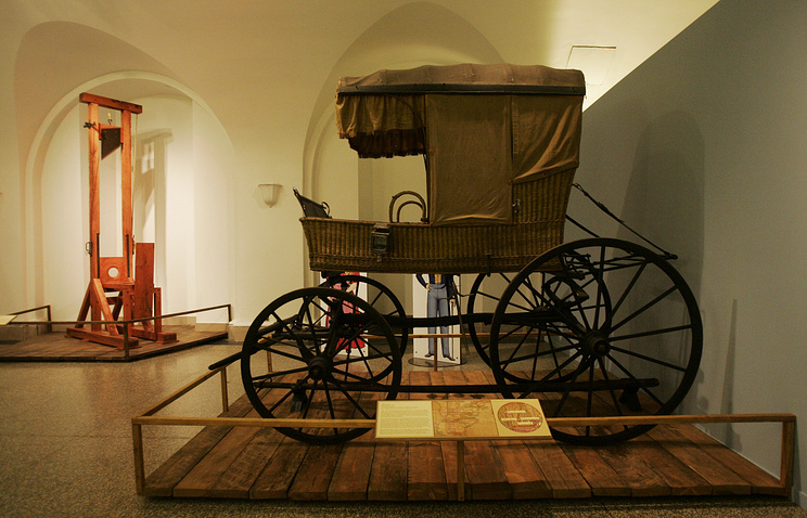 В музее Нью-Йоркского исторического общества демонстрируется копия гильотины (слева) времен Французской революции