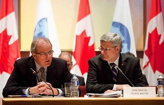 Руководитель аппарата премьер-министра, клерк Тайного совета Уэйн Вутерс и премьер-министр Канады Стивен Харпер (слева направо)