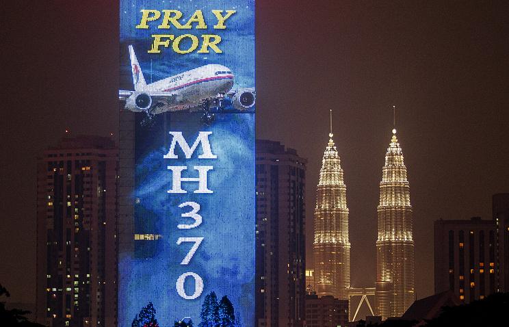 Электронный дисплей с надписью 'Молитесь за MH370'  (пропавший борт Малазийской авиакомпании) на здании в Куала-Лумпур, Малайзия, 21 марта 2014 год