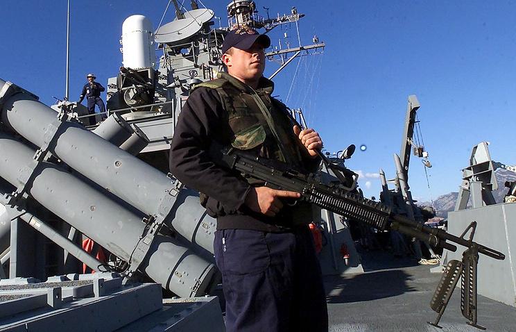 Военнослужащий ВМС США с пулеметом M60