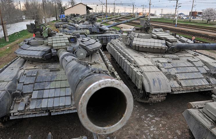 Военная техника около железнодорожной станции в Крыму