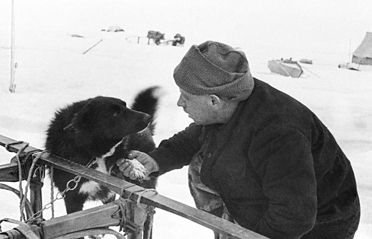 """Начальник дрейфующей станции """"Северный полюс -1"""" Иван Папанин и пес по кличке Веселый. 1938 год"""