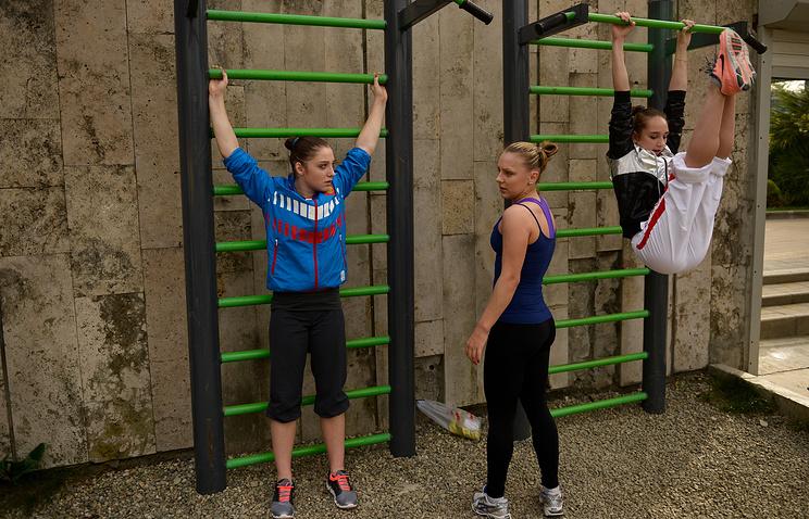 Российские гимнастки Алия Мустафина, Екатерина Крамаренко и Виктория Комова (слева направо) во время тренировочных мероприятий на базе Южного федерального центра