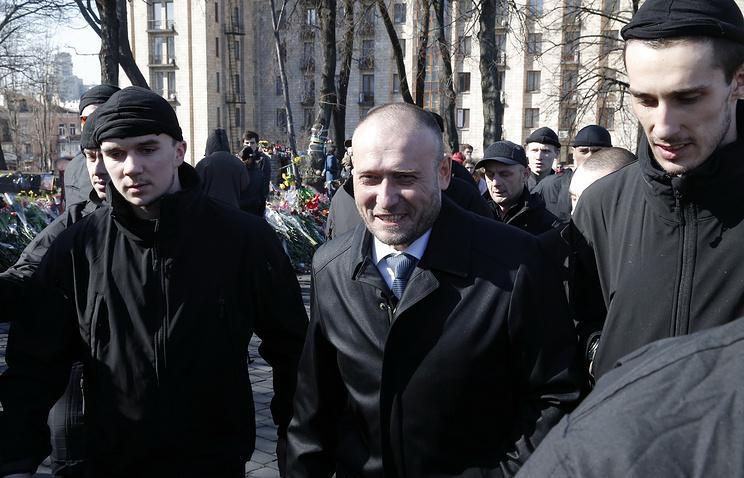 Дмитрий Ярош (в центре)