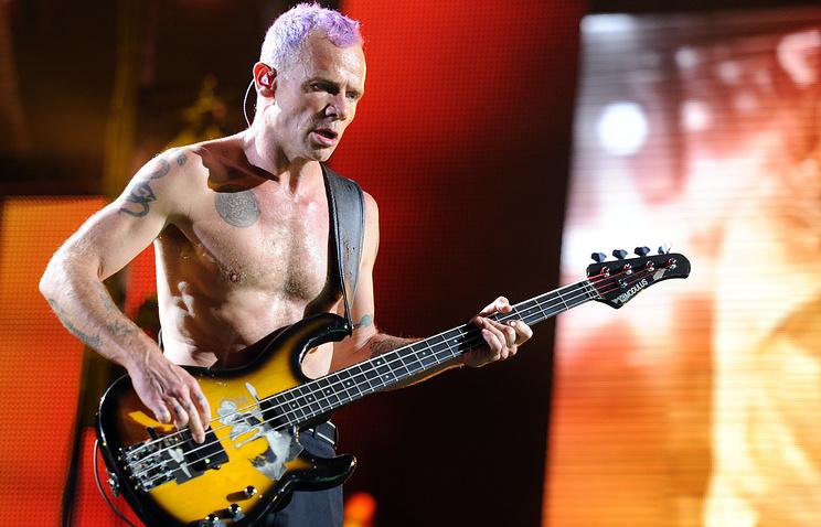 Фли на концерте Red Hot Chilly Peppers в Германии в 2012 году