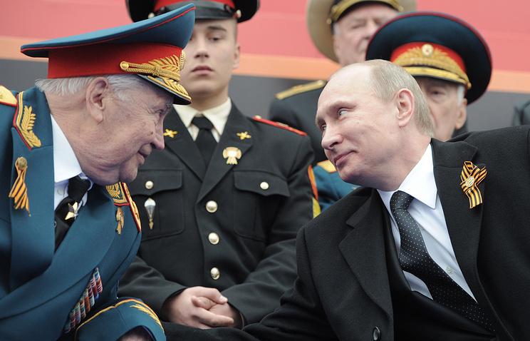 Президент РФ Владимир Путин (справа) и президент Академии военных наук РФ, генерал армии в отставке Махмут Гареев (слева) во время военного Парада Победы на Красной площади.