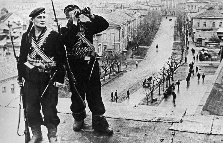 Керчь, 1944 год. Советские моряки в освобожденном городе.