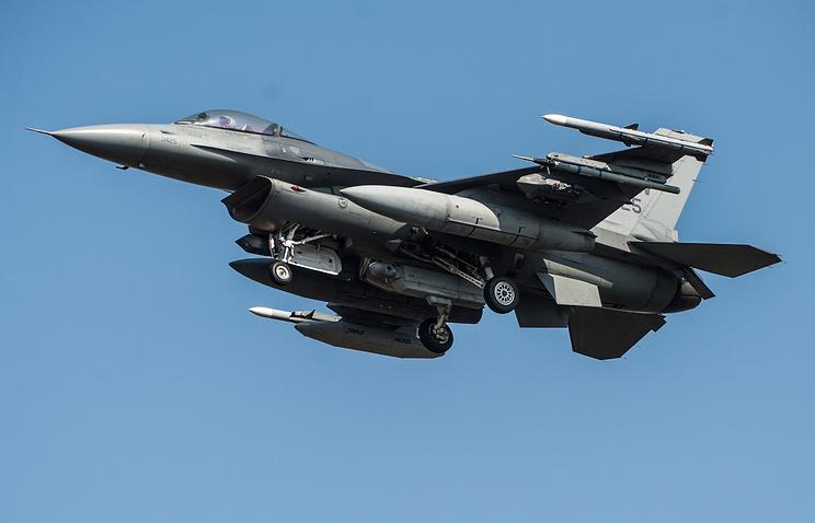 Посадка F-16 на аэродром 32-й базы тактической авиации в польском Ласке, 14 марта 2014 г.