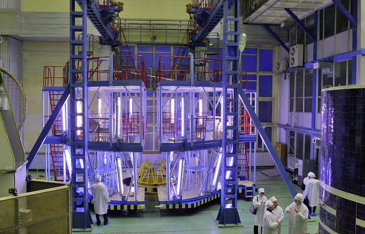 Испытательный стенд для спутников в одном из цехов ИСС им. академика М. Ф. Решетнева