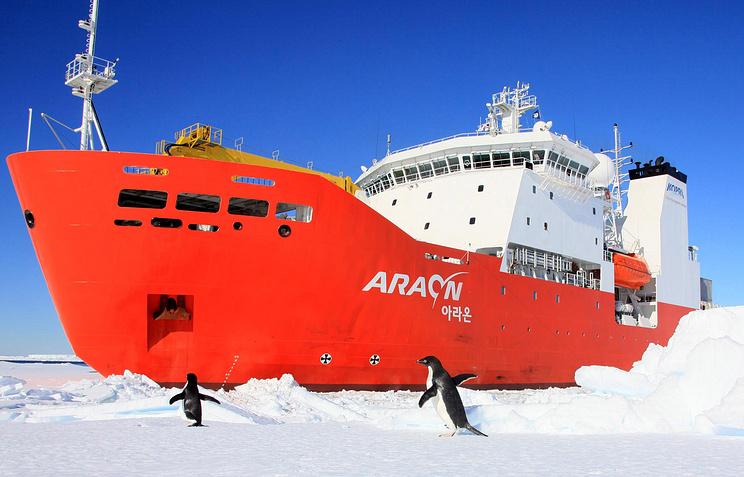 Южнокорейский ледокол Араон в Антарктиде