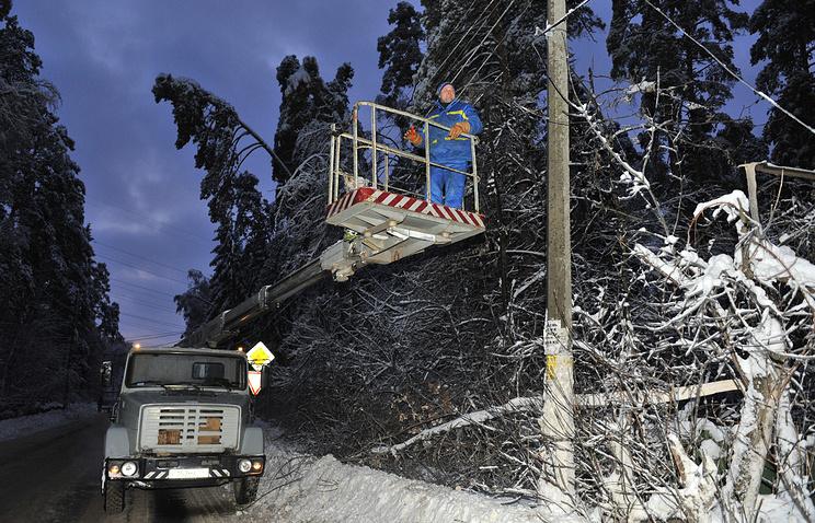 Работники аварийной службы ликвидируют обрыв проводов