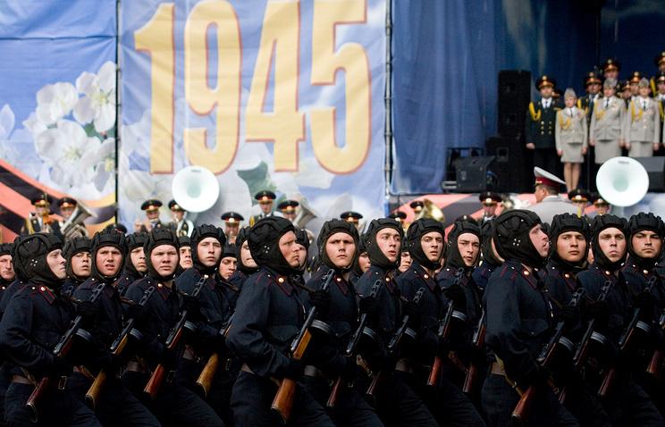 Участники военного парада в День Победы в Киеве в 2010 году