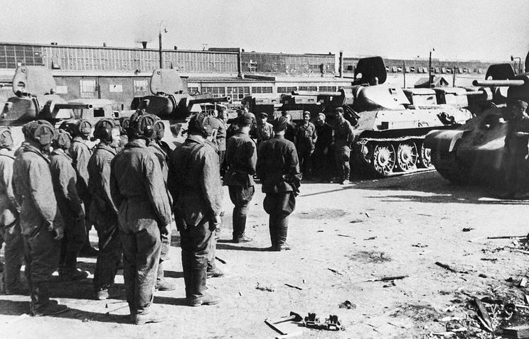 Экипажи принимают танки Т-34 на площадке Челябинского тракторного завода.1942 год