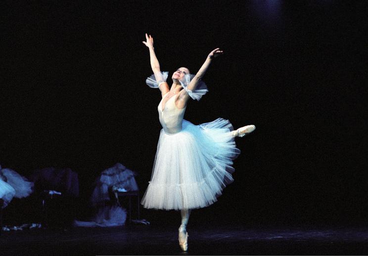 """Балерина Екатерина Максимова в сцене из балета """"Я хочу танцевать"""". 1983 год"""