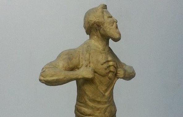 Глиняная модель памятника человеку, бесплатно раздающему Wi-Fi