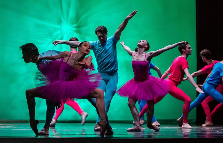 """Сцена из балета """"Cantus Arcticus"""" - спектакля, открывшего фестиваль """"Браво!"""" 2013"""