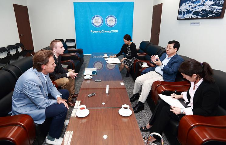 """Президент оргкомитета """"Пхенчхан-2018"""" Джин Сун Ким (справа)"""