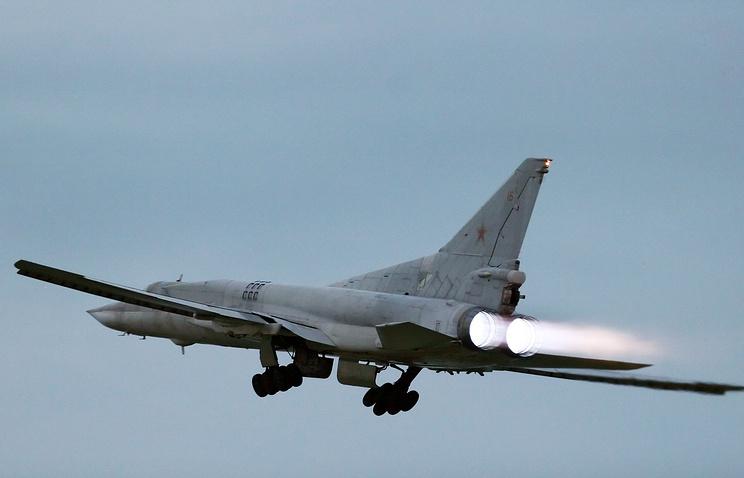 Самолет Ту-22М3 во время учений