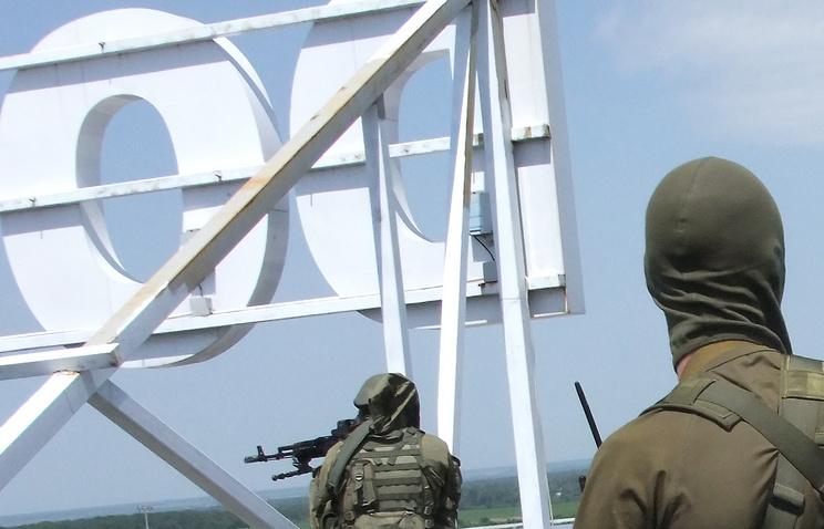Сторонники федерализации Украины на крыше аэропорта, Донецк