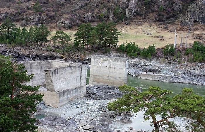 Опоры плотины недостроенной Катунской ГЭС
