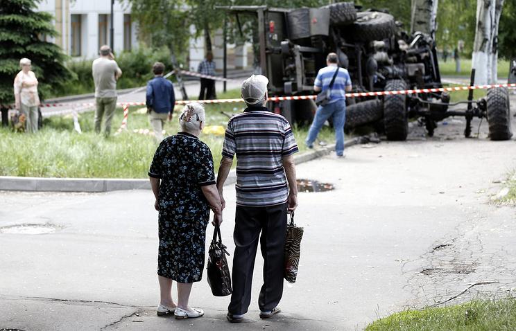 Последствия обстрела грузовика с ополченцами в Донецке