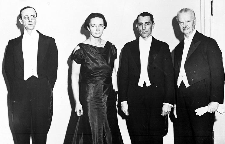 Перед вручением Нобелевской премии. 1935 год. Джеймс Чедвик (слева), Ирен и Фредерик Жолио-Кюри и Ханс Шпеман