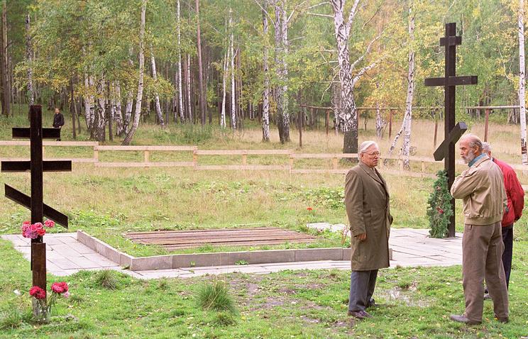 Английский принц Майкл Кентский - родственник царской семьи Романовых - на старой Коптяковской дороге, где были уничтожены останки семьи Николая Второго. 1999 год