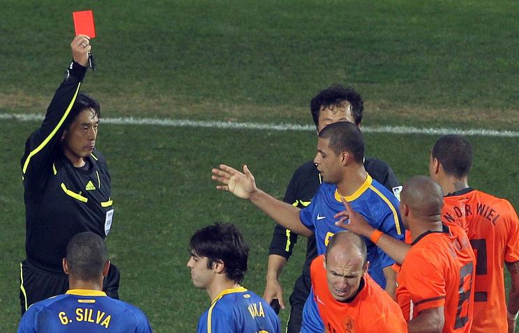 Юити Нисимура во время матча ЧМ-2010 между сборными Бразилии и Нидерландов