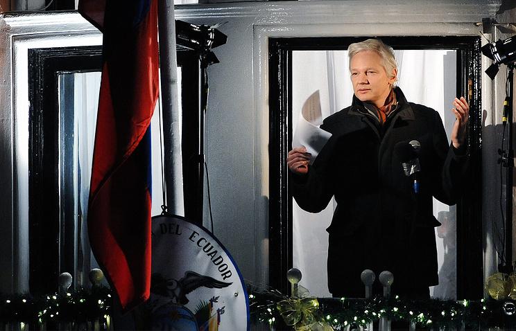 Джулиан Ассандж на балконе посольства Эквадора в Лондоне