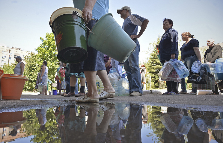 Жители Краматорска  в очереди за питьевой водой, городской водопровод разрушен в результате боевых действий