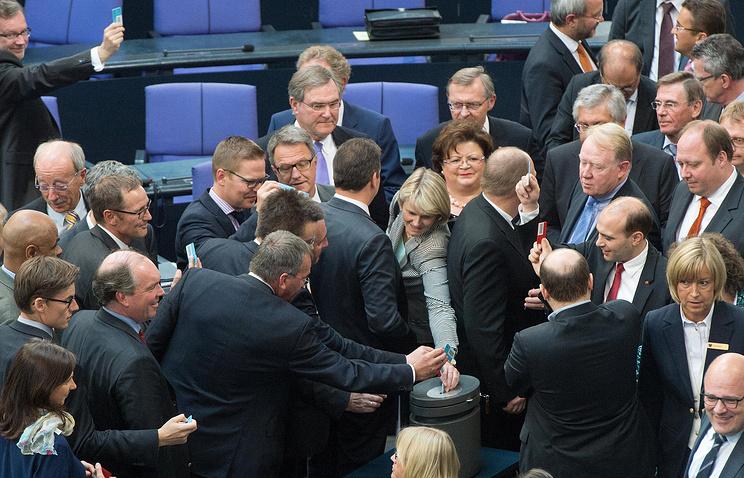 Члены парламента на голосовании по закону о бюджете 2014 в бундестаге, 27 июня