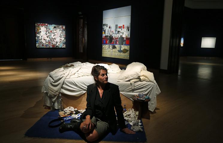Трейси Амин позирует рядом с инсталляцией
