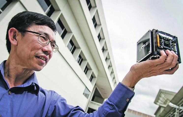 Профессор Лу Кай Су с моделью спутника Велокс