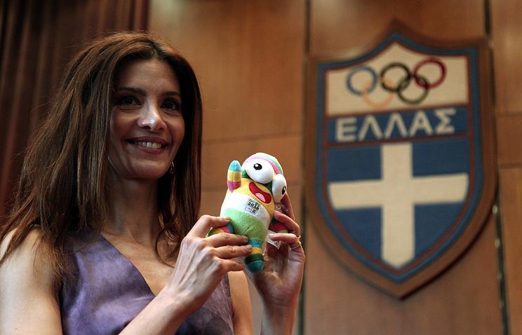 Символ Юношеской Олимпиады в Нанкине в руках у верховной жрицы олимпийского огня Катерины Леху