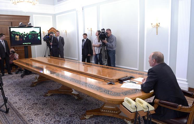 Владимир Путин во время церемонии старта строительства новой железнодорожной ветки БАМа в режиме телемоста