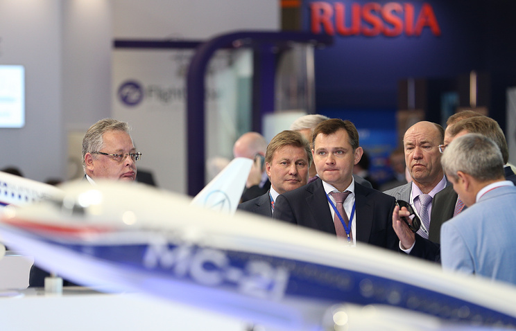 Заместитель министра промышленности и торговли РФ Юрий Слюсарь (в центре) на открытии авиасалона