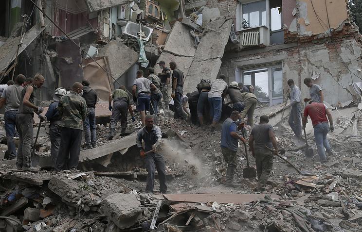 Разбор завалов в жилом доме, разрушенном в результате авиаудара